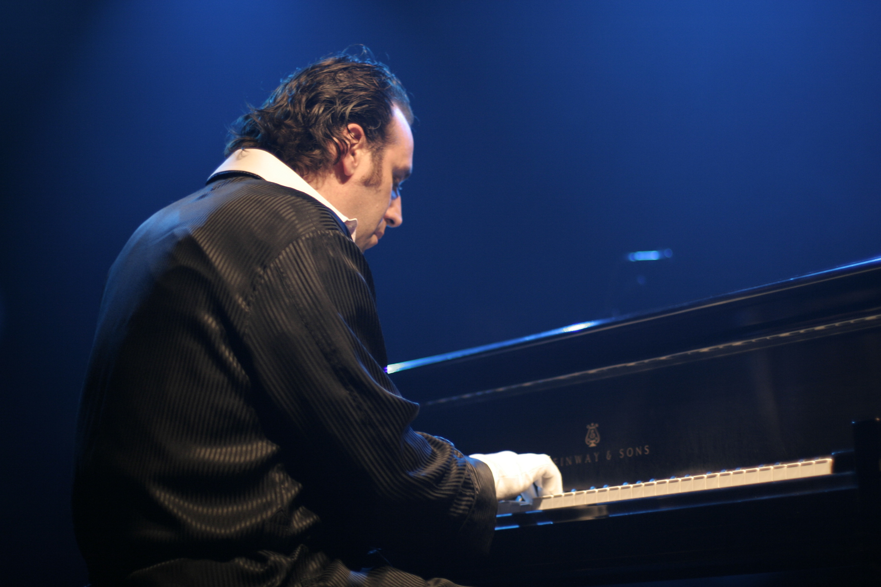 chilly-gonzales-cc-fragil-playing