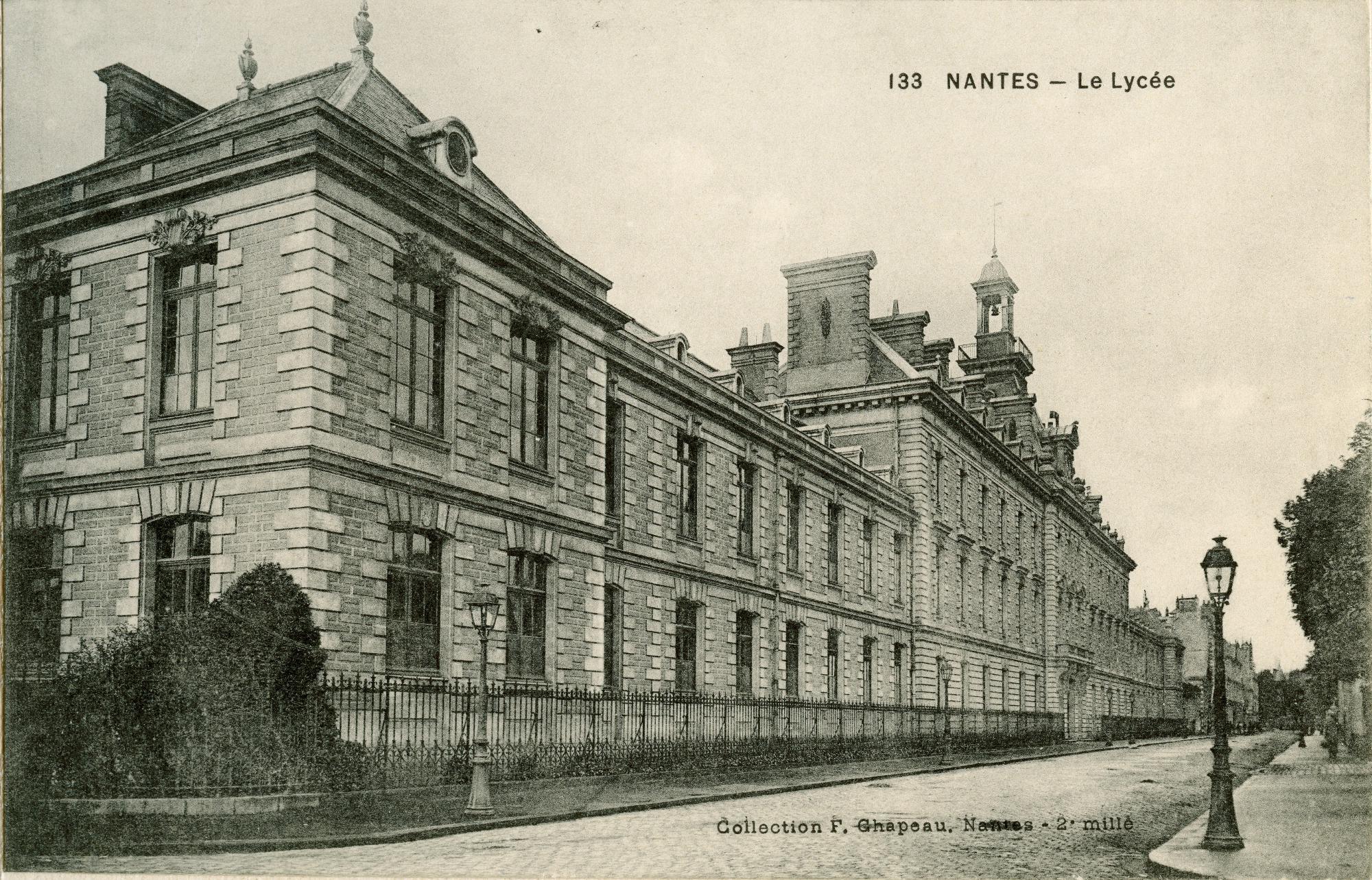Jacques Vaché, Eugène Hublet, Pierre Bisserié et Jean Sarment font connaissance au Lycée de Nantes (actuel Lycée Clémenceau)